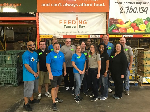 Suncoast CU team member voluntering at Feeding Tampa, Fla.