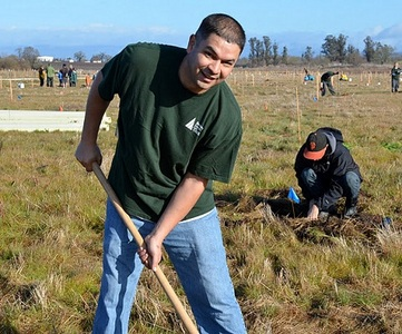 Marlon Diaz, a Redwood CU member service rep, joined in on the community effort.